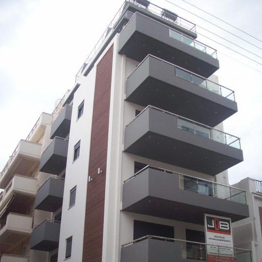 Κατασκευή πολυκατοικίας και διακόσμηση εξωτερικού χώρο με ξύλο ιρόκο