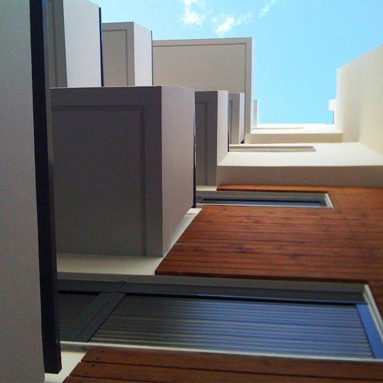 Διακόσμηση πρόσοψης πολυκατοικίας με ξύλο ιρόκο