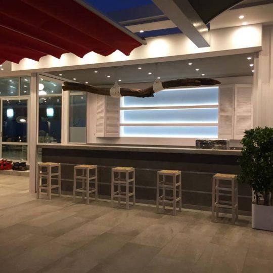 Διακόσμηση εστιατορίου - bar με κρυφό φωτισμό και θαλασσόξυλα