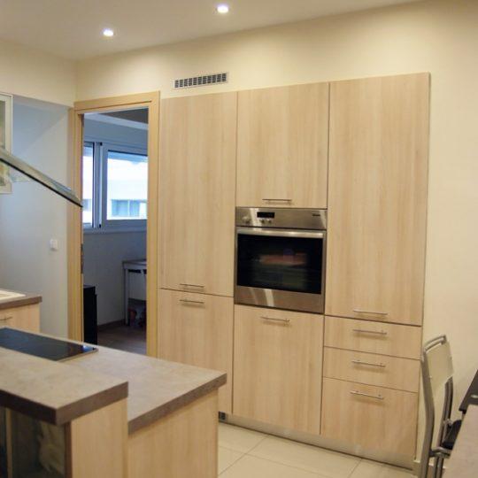 Διακόσμηση κουζίνας με συνδυασμό γυαλιού και ξύλου