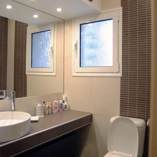 Μπάνιο με κτιστό πάγκο και επικαθήμενο νιπτήρα